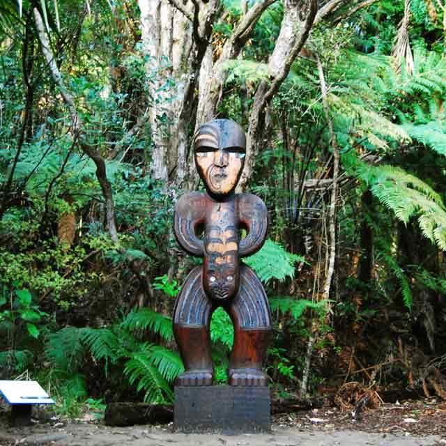 Totem maori Auckland Waitakere voyage Nouvelle Zélande