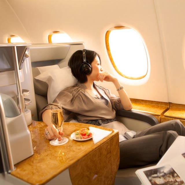 Jeune femme installée en première classe d'un A380 Emirates